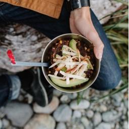 Snow Peak Trek Titanium Bowl im Einsatz beim Essen