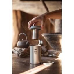 Keith Titanium Teebecher mit Teefilter im Einsatz bei der Teezubereitung