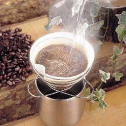 Soto Helix Coffee Maker beim aufgießen von Kaffee