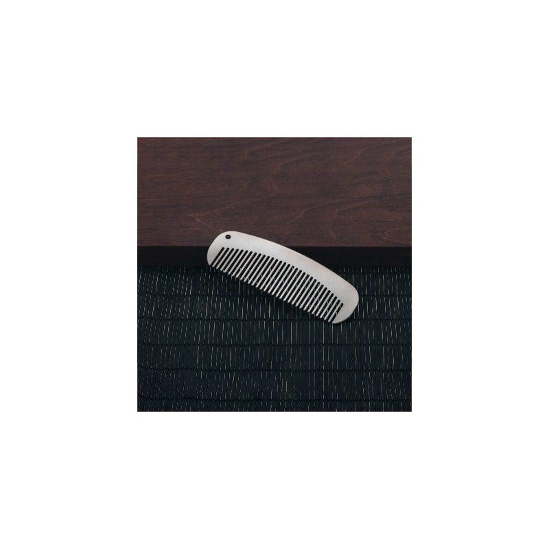 Keith Titanium Ultrathin Purse Comb auf dunkler Unterlage