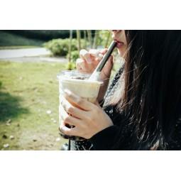 Keith Titanium Straw Trinkhalm gerade im Einsatz mit Kaffee