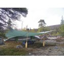 Hilleberg Tarp 20 UL Grün kreativ mit Boot und Paddeln aufgebaut