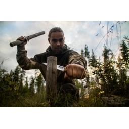 Casström Lars Fält Knife beim Spalten von Holz