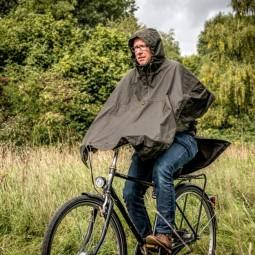Steinkauz Waxcotton Regencape Wassermann Oliv im Einsatz auf dem Fahrrad