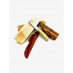 Casström No.10 Swedish Forest Knife Beispielbild mit Holzscheiten