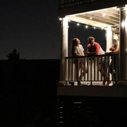MPOWERD Luci Solar String Lichterkette in der Nacht auf einem Balkon