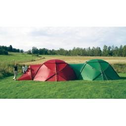 Hilleberg Atlas Basic Zelt Rot und Grün über separat erhältliches Zubehör miteinander verbunden