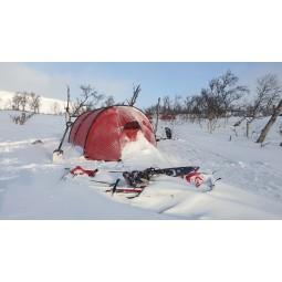 Hilleberg Keron 3 Zelt Rot im Schnee aufgebaut