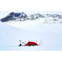 Hilleberg Nallo 3 Zelt im Schnee aufgebaut