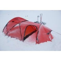 Hilleberg Saitaris Zelt Rot mit eingegrabener Schneestufe in der Apsis