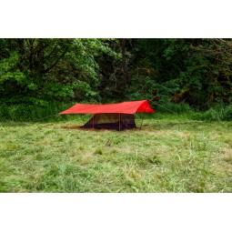Hilleberg Anjan 2 Mesh-Innenzelt beispielhafter Aufbau mit rotem Tarp als Regenschutz darüber
