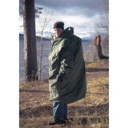 Hilleberg Bivanorak Grün über Rucksack als Poncho getragen