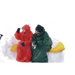 Hilleberg Bivanorak Grün und Rot nebeneinander als Wetterschutz in der Pause