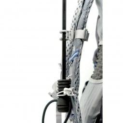 Gossamer Gear Handsfree Umbrella Clamp mit Schirm befestigtvon der Seite betrachtet