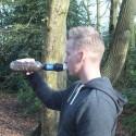 Sawyer Squeeze Wasserfilter im Einsatz auf PET-Flasche geschraubt