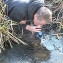 Sawyer Squeeze Wasserfilter i Einsatz am Bach