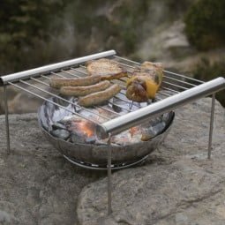 UCO Grilliput FireBowl Feuerschale klein unter Minigrill platziert