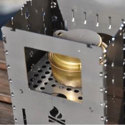 Bushcraft Essentials Universalrost mittig eingesetzt als Kocherstand