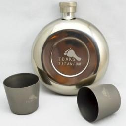 Toaks Titanium 150ml Beispielbild Flachmann mit zwei Shotgläsern