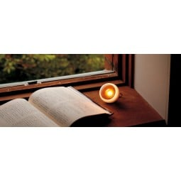 Snow Peak Mini Hozuki LED-Lampe beim Lesen