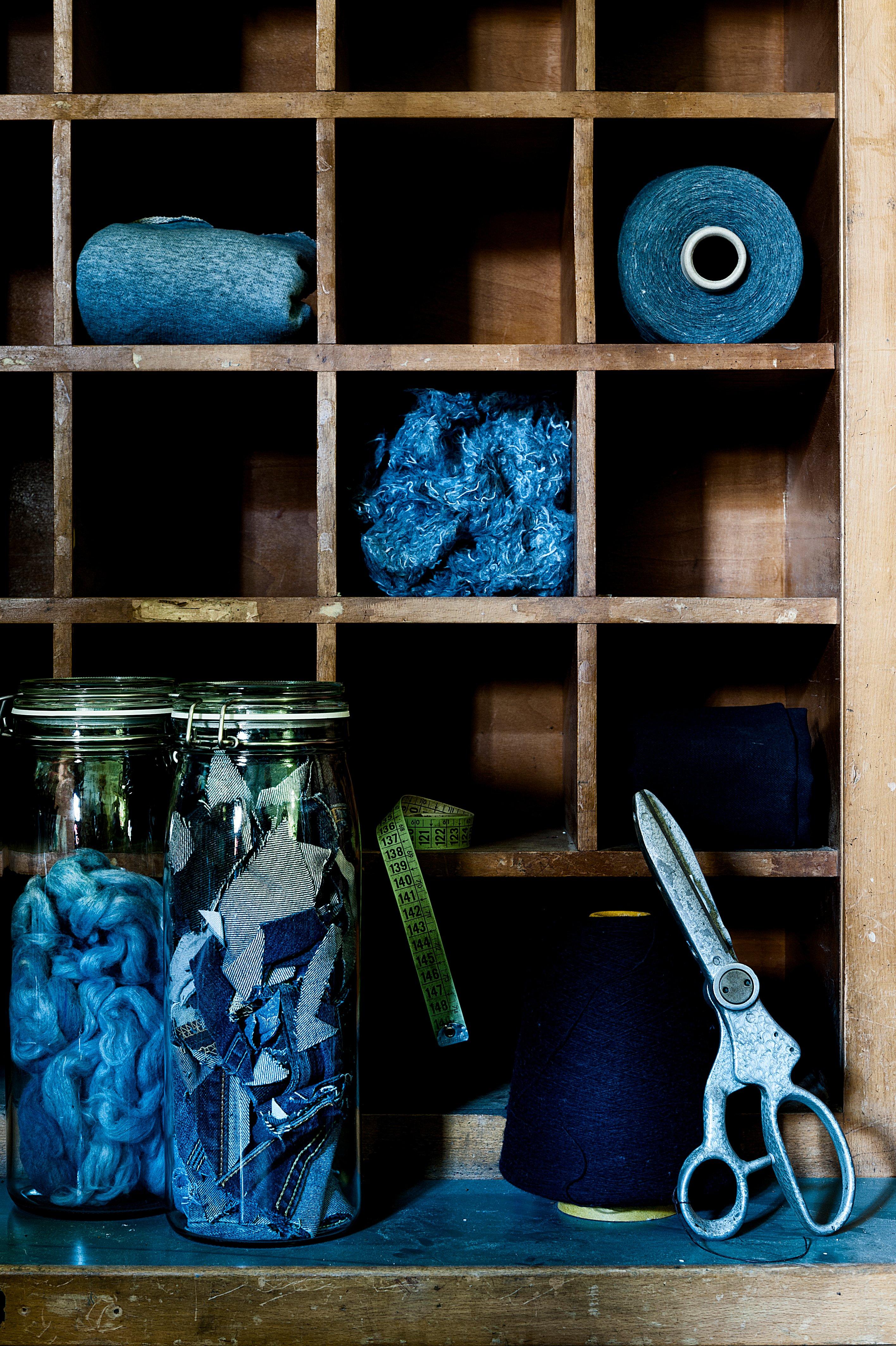Zerkleinerte Jeans und Nähutensilien der Firma Blue Loop