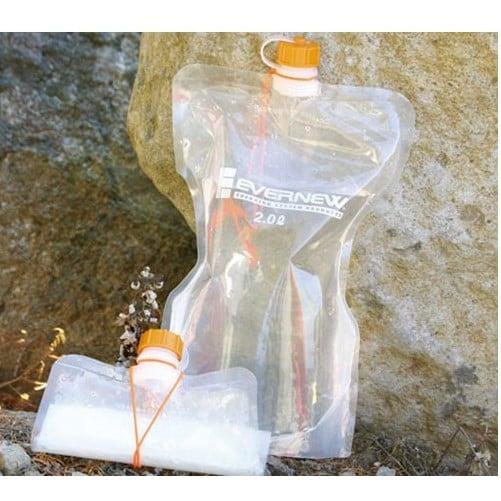 gefüllte und gerollte Faltflasche mit 2 Litern Fassungsvermögen nebeneinander