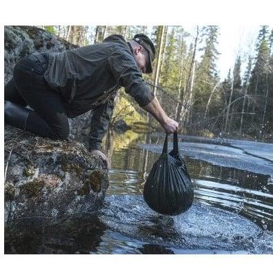 Wasser holen mit dem Savotta Wassersack