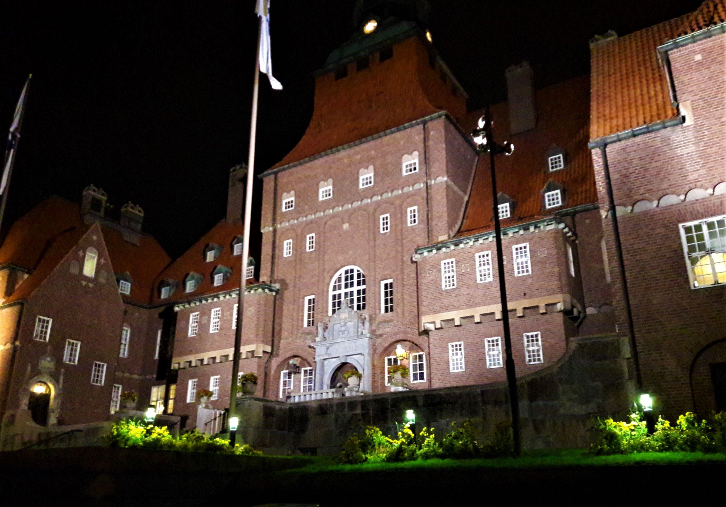Rathaus mit Nachtbeleuchtung in Östersund