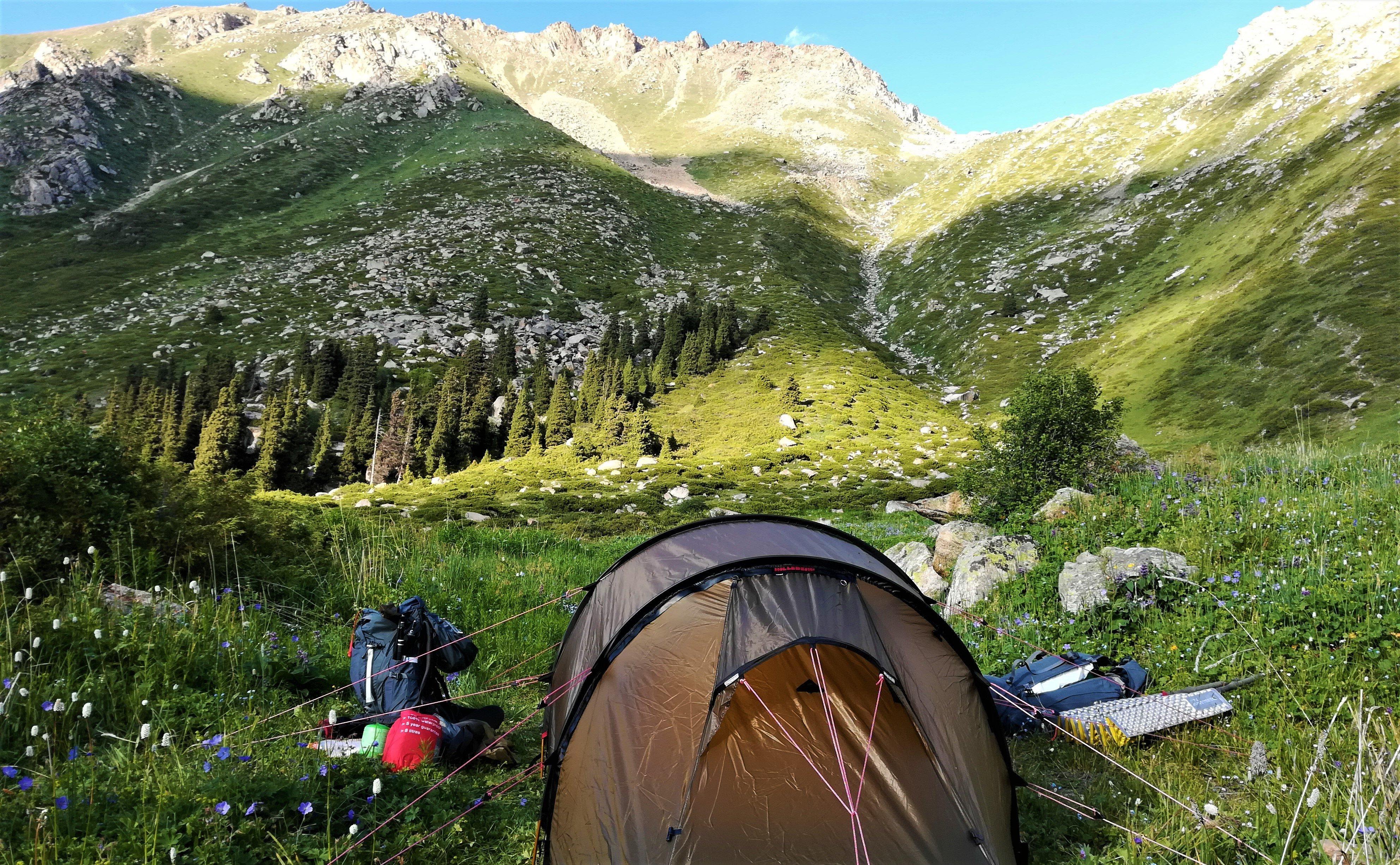 Hilleberg Zelt in malerischer Berglandschaft