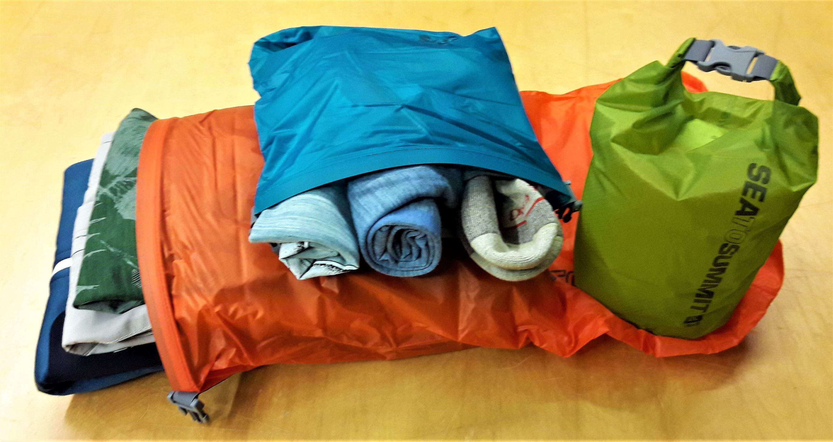 Verpackte Bekleidung in Packsäcken