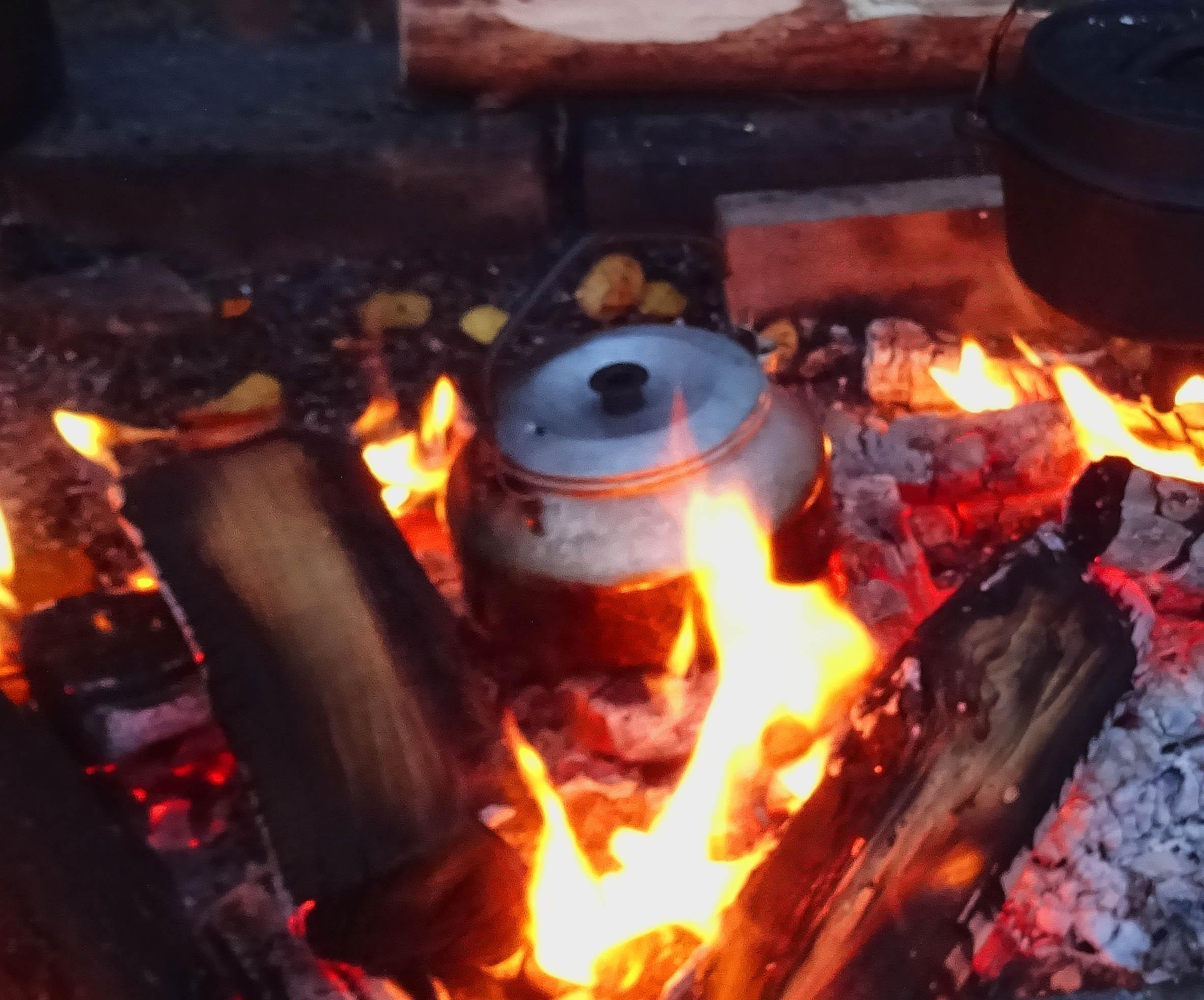 Zubereitung von schwedischem Kochkaffee über dem Feuer