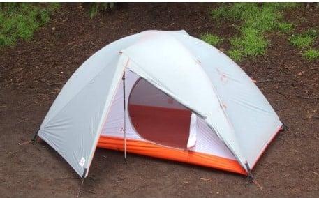 SlingFin Zelt mit Trekkingstöcken aufgebaut