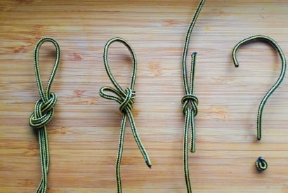 Knoten nebeneinander auf Holzuntergrund